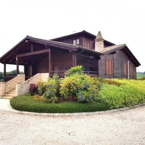 Casa con struttura e pareti in legno su due livelli