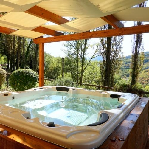 Vasca idromassaggio con rivestimento in legno