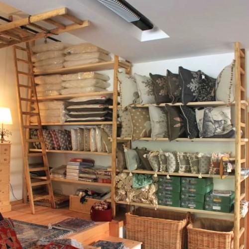 Scaffalatura con scale a pioli in legno di castagno
